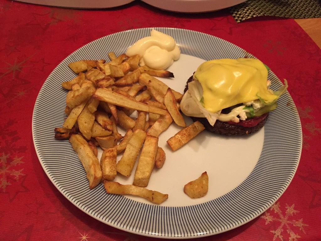 Low-Carb Pastinaken Pommes mit Burger – Fastfood ohne Kohlenhydrate