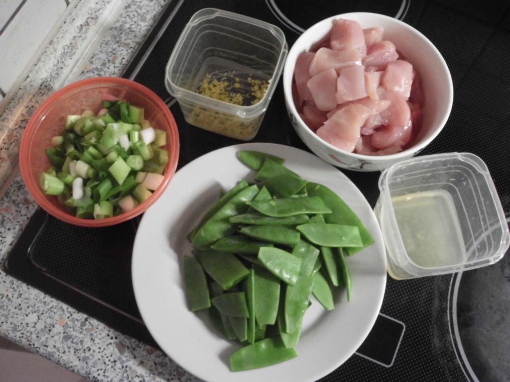 in Ringe geschnittene Frühlingzwiebeln, halbierte Zuckerschoten, Zitronenabrieb, Zitronensaft, grob gewürfeltes Hähnchenbrustfiletn