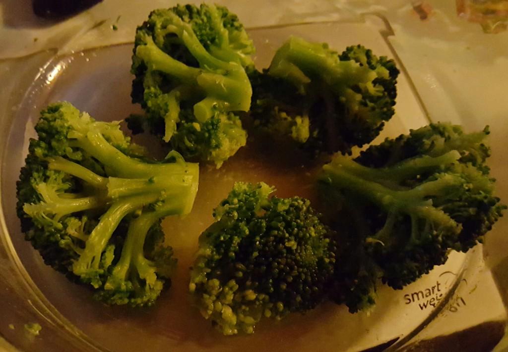 Den Brokkoli abwiegen, leicht vorkochen und in einer Auflaufform füllen.