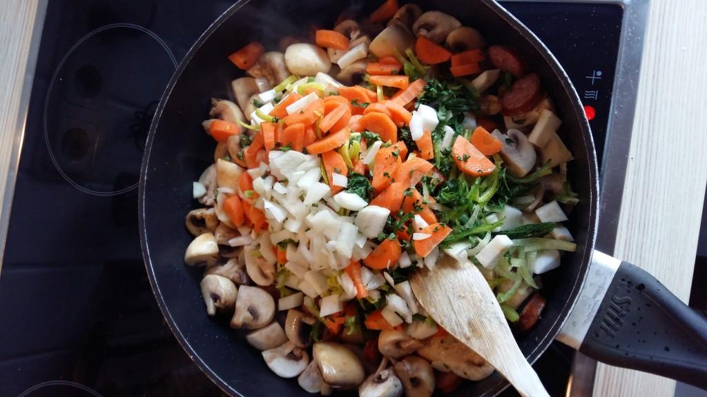 Suppengrün mit in die Pfanne geben