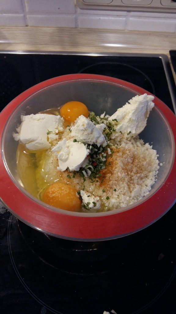 Frischkäse und Eier hinzu