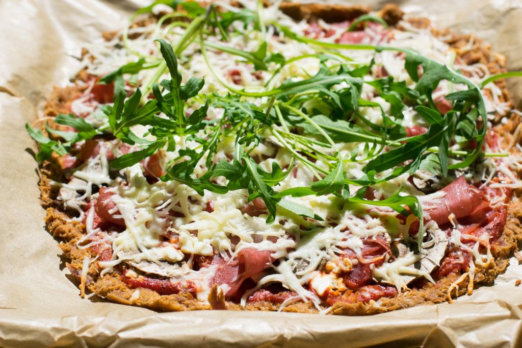 Pizza aus dem Ofen holen