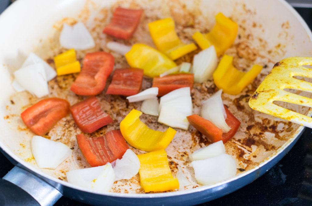 Paprika und Zwiebeln anbraten