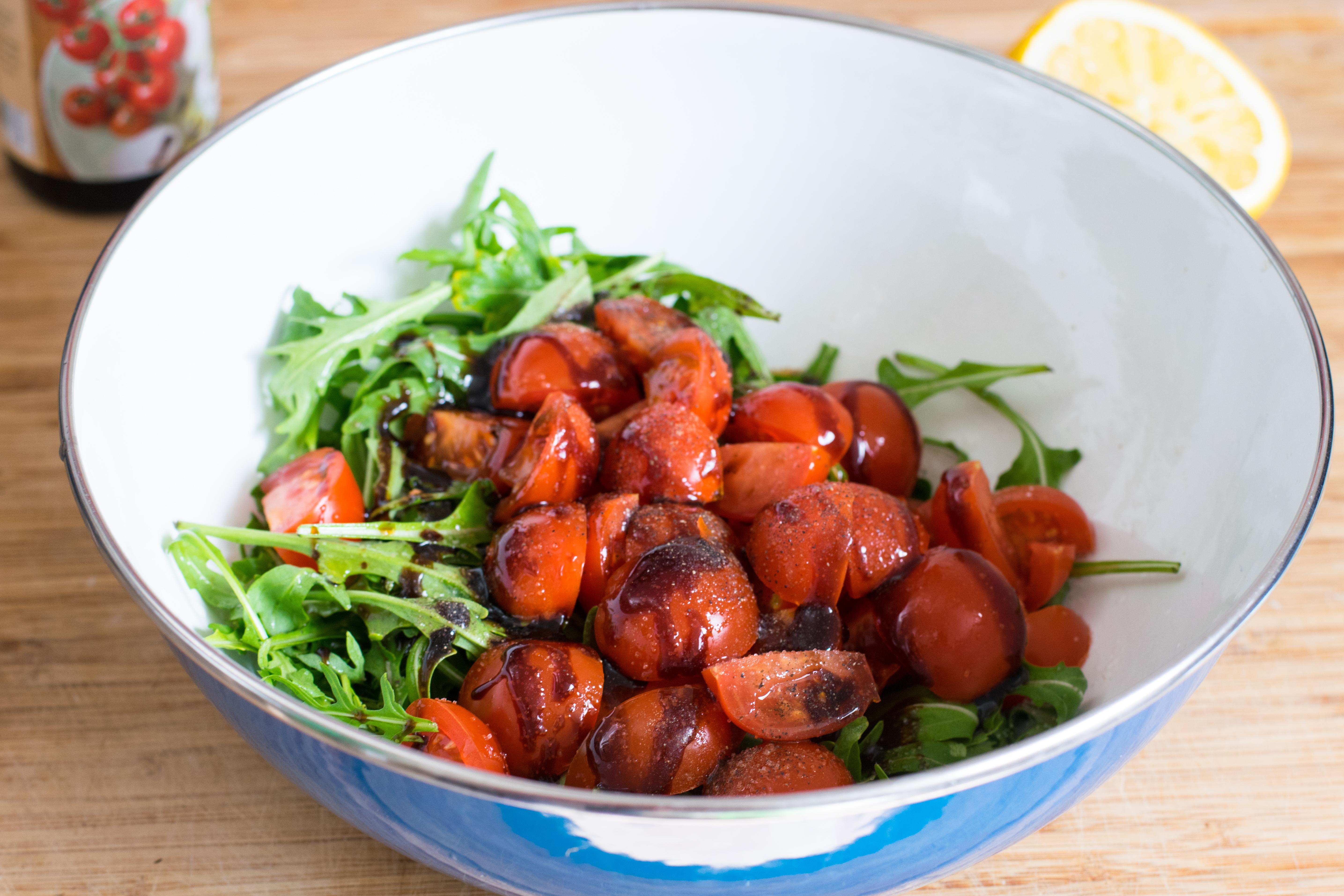 knusprig gebratener mozzarella auf rucola tomaten salat. Black Bedroom Furniture Sets. Home Design Ideas