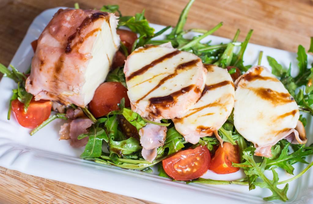Mozzarella auf Salat anrichten