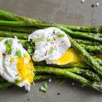 Gegrillter grüner Spargel mit pochierten Eiern - Low Carb!