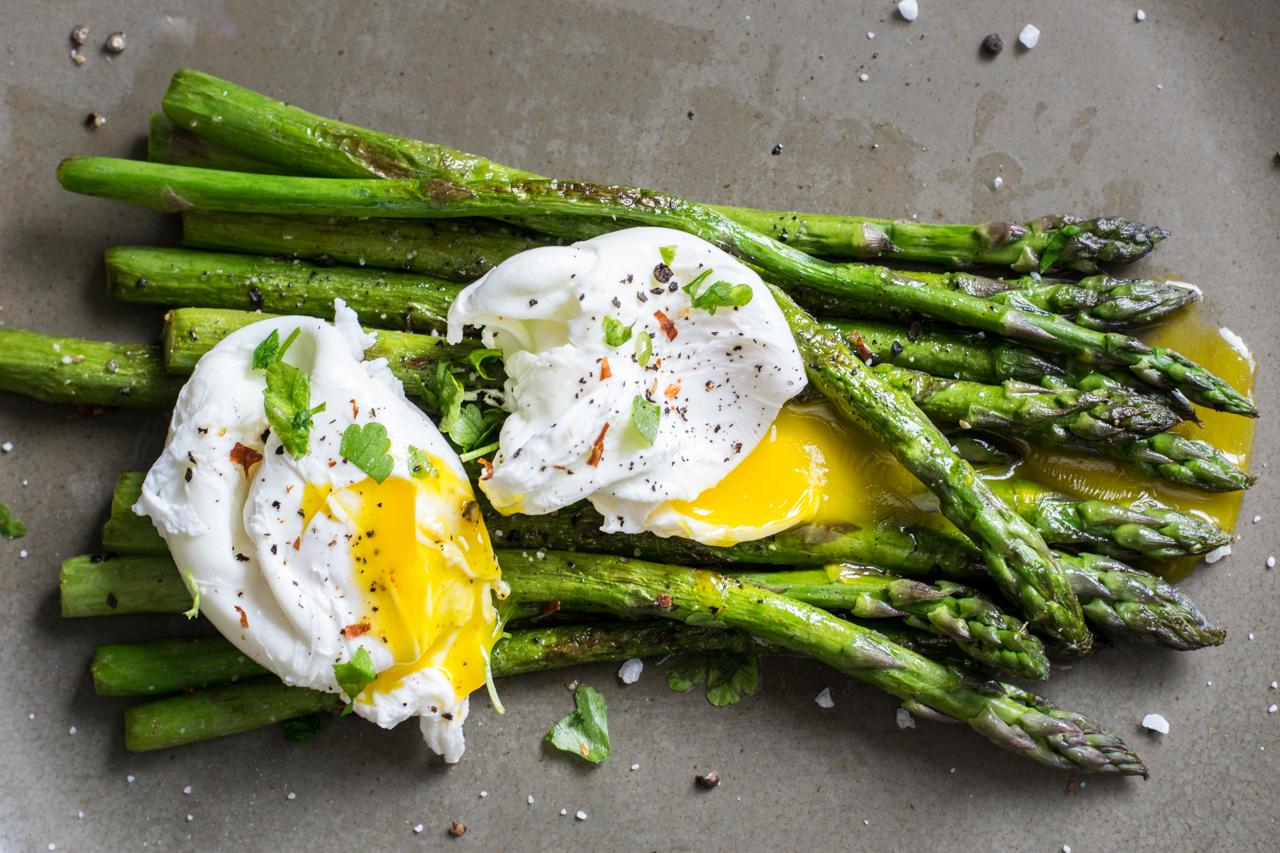 Gegrillter gr ner spargel mit pochierten eiern low carb - Eier kochen ohne anstechen ...