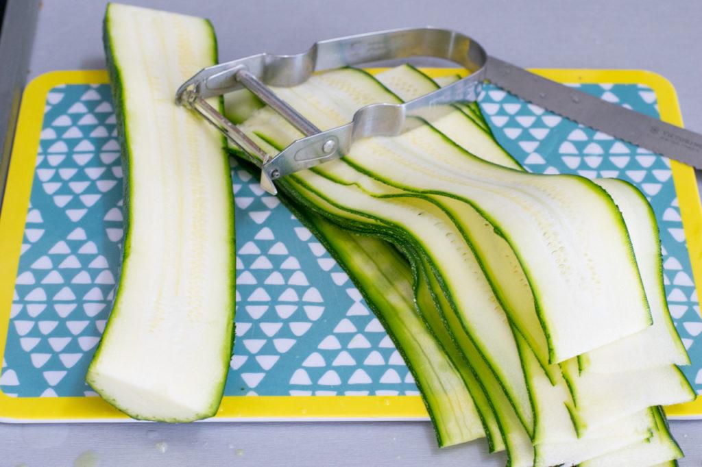 Zucchini abschälen