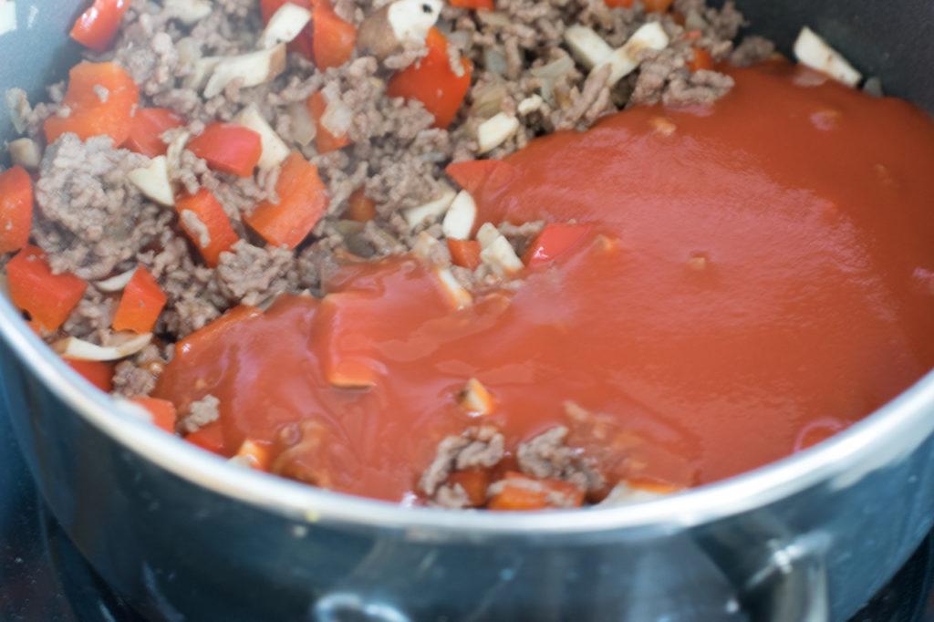 Tomaten und Sahne in den Topf