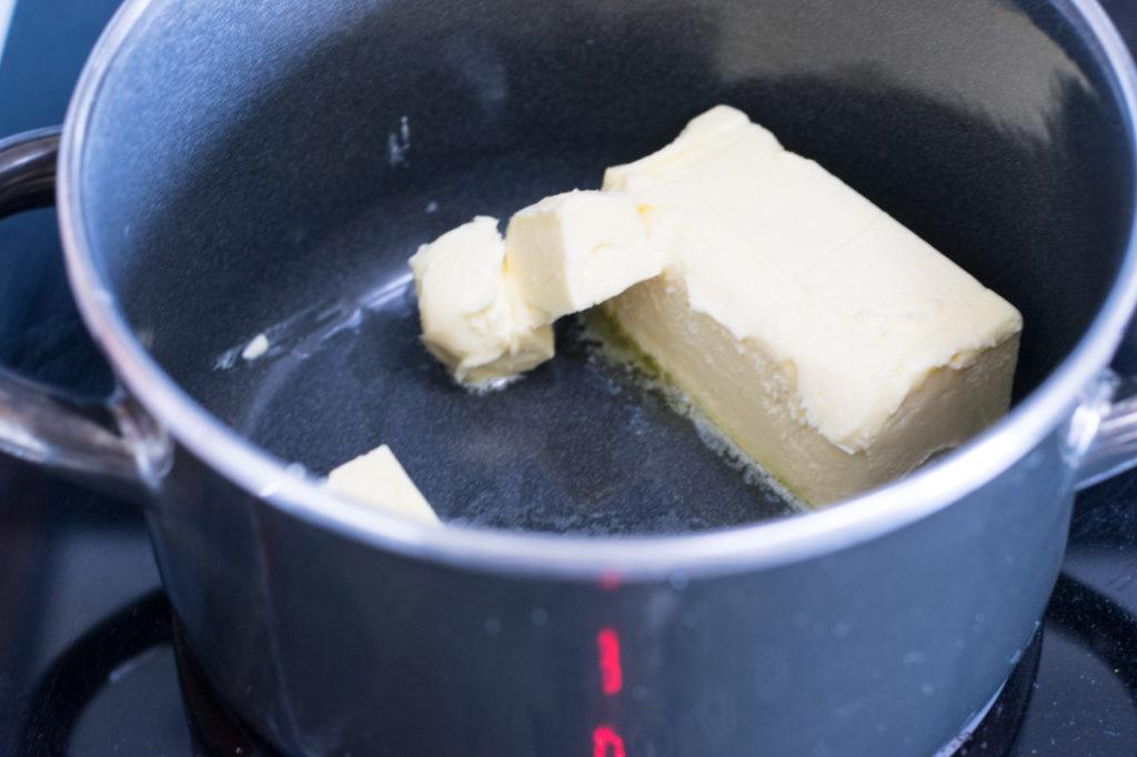 Für den Low Carb Apfelkuchen Butter schmelzen