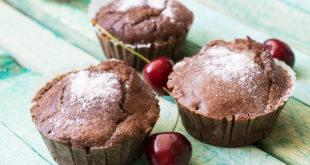 Muffins aus dem Ofen holen