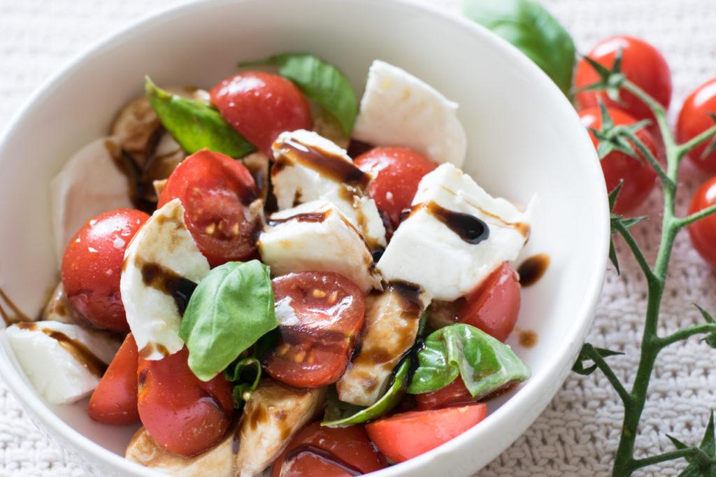 Vermischen und servieren - Büffelmozzarella-Tomaten Salat