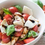Köstlicher Low Carb Büffelmozzarella-Tomaten Salat