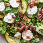 Low Carb Avocado-Ziegenkäse Salat mit knusprigem Bacon!