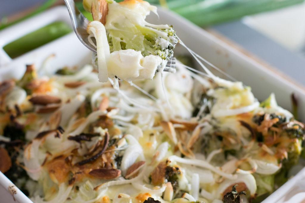 Low Carb Broccoli Cheese Auflauf Aus dem Ofen holen