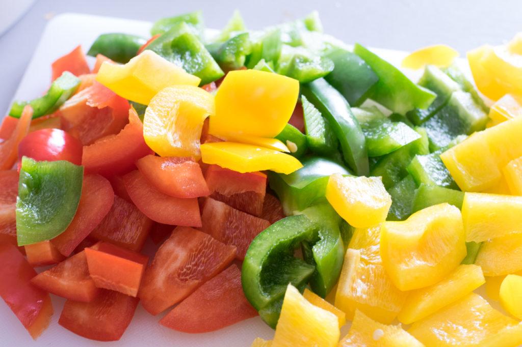 Paprika und Zwiebel schneiden