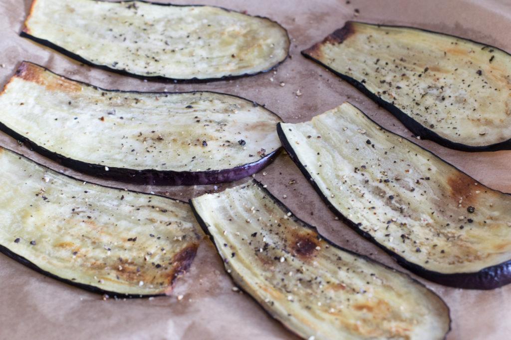 Aubergine aus dem Ofen holen
