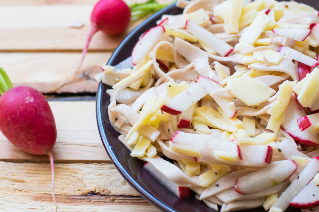 Der fertige Low Carb Wurst Käse Salat