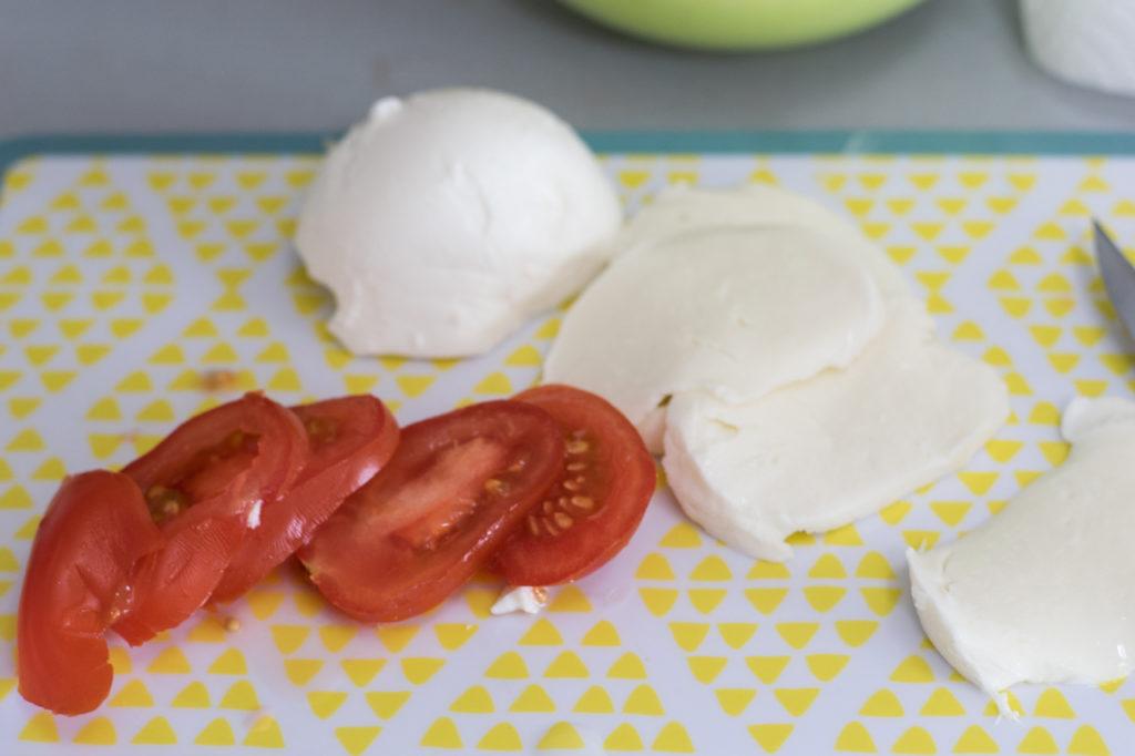 Mozzarella und Tomaten kleinschneiden