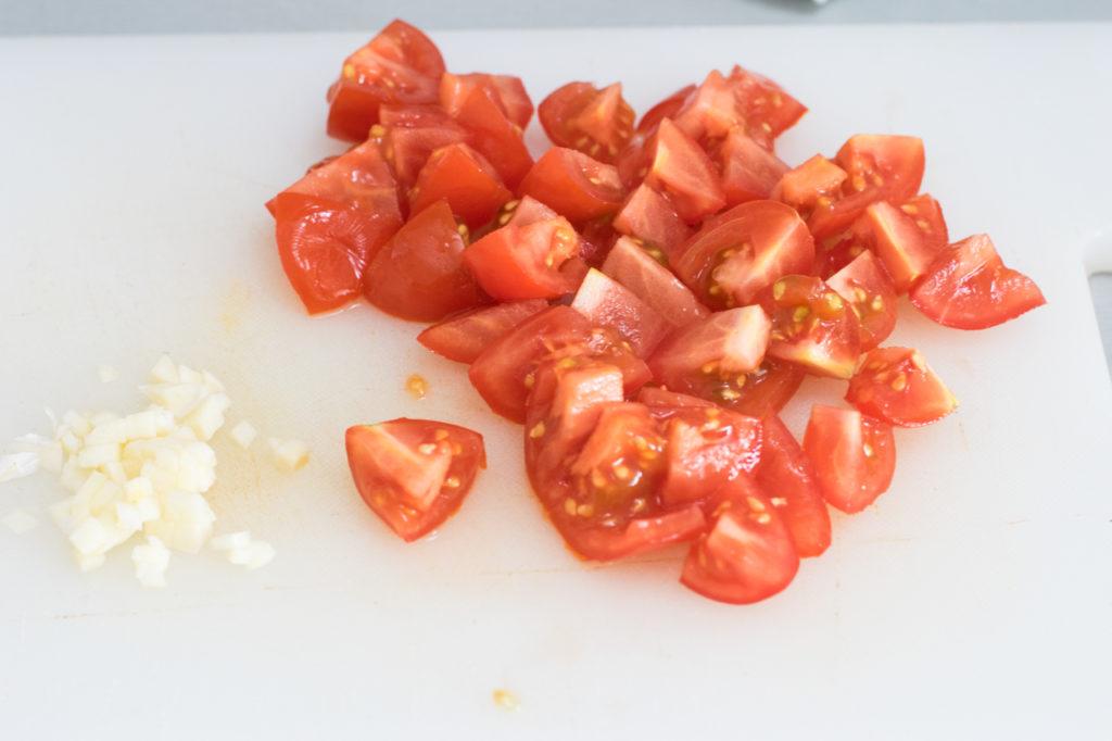 Tomaten kleinschneiden