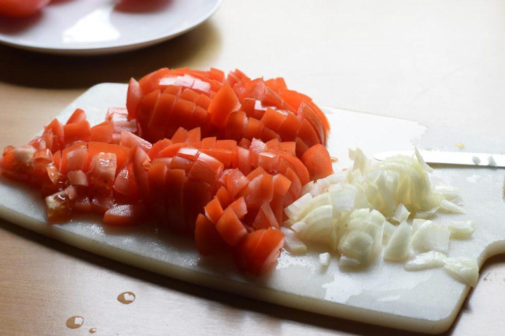 Zwiebeln und Tomaten schneiden