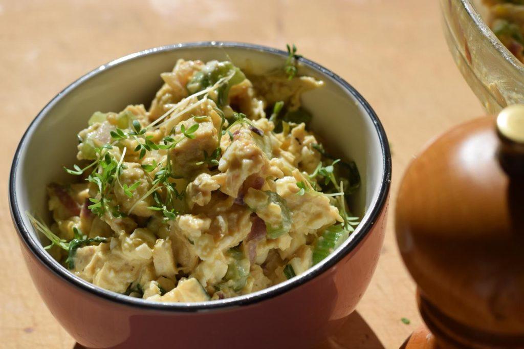 Anrichten Low Carb Hähnchen Eier Salat