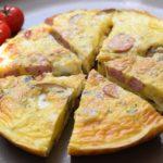 Köstliche Low Carb Frittata mit Champignons und Würstchen