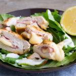 Leckeres Low Carb Hähnchen Cordon Bleu auf Salat