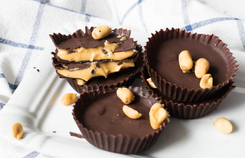 Aus der Form nehmen und die Low Carb Peanut Butter Cups servieren