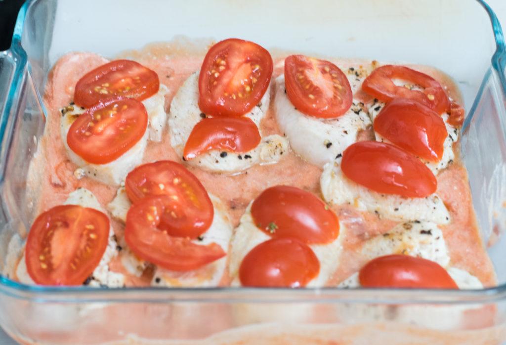 Tomaten auf Fleisch legen