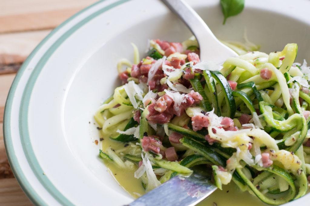 Anrichten Würzige Low Carb Spaghetti Carbonara (mit Zoodles)