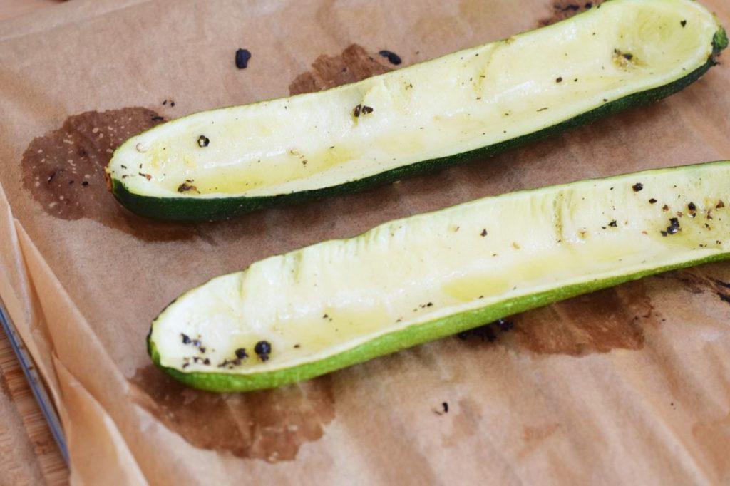 Zucchini aus dem Ofen holen
