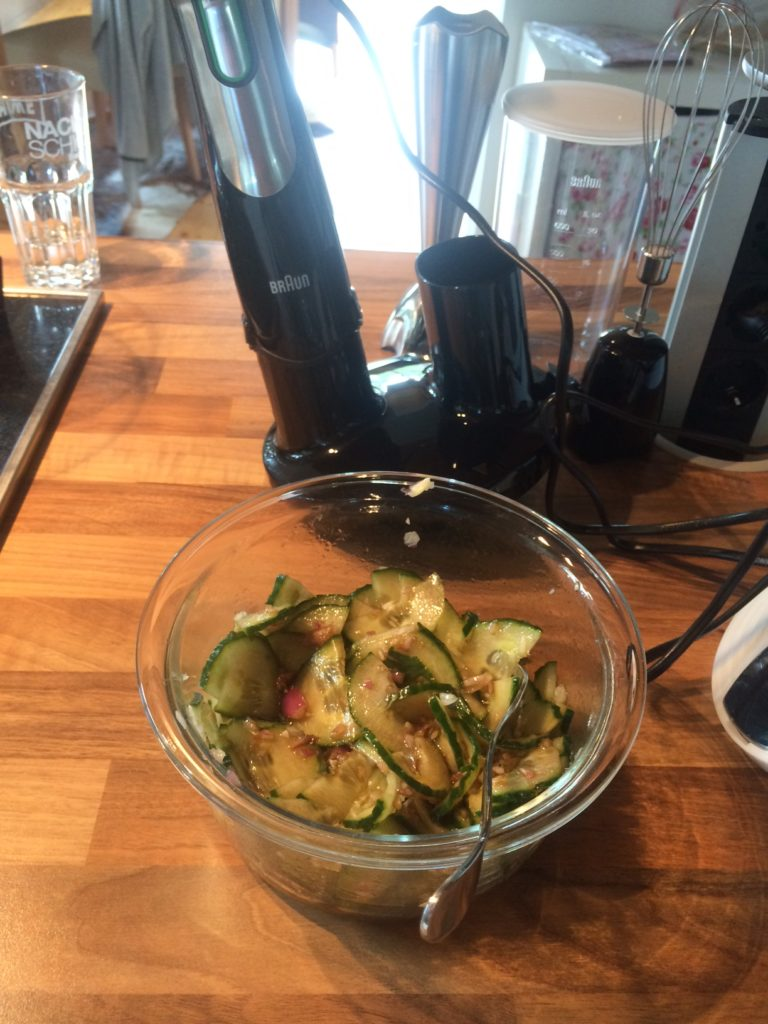 schnell den Gurkensalat zubereitet