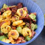 Low Carb Avocado Paprika Salat mit gebratenen Garnelen