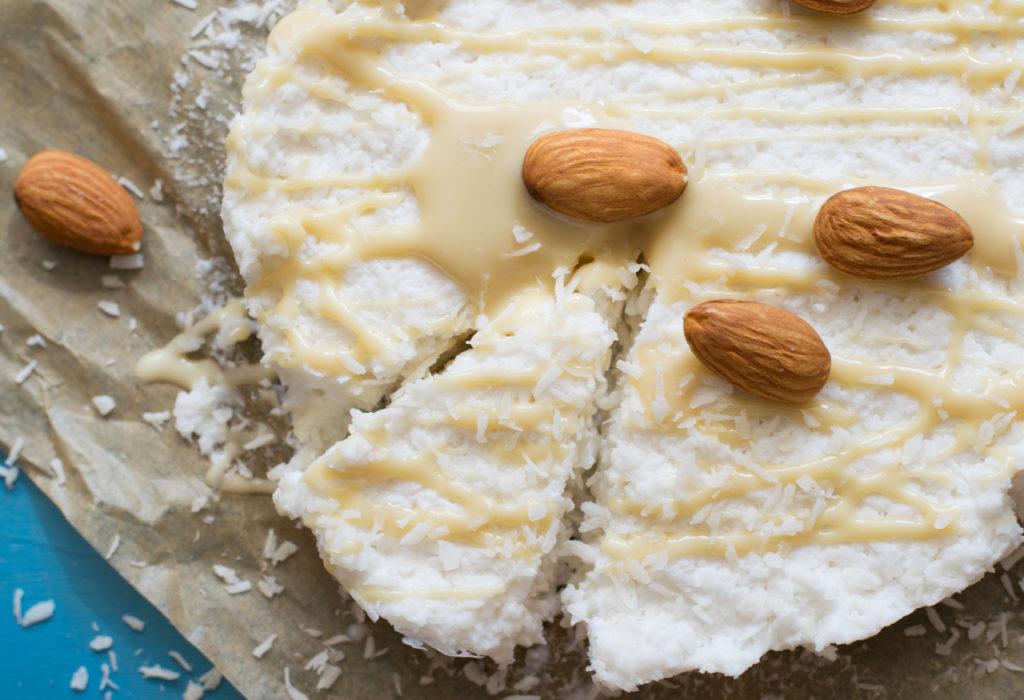 Den Kuchen anschneiden ( Low Carb Raffaelo Kuchen)