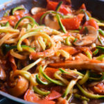 Vegane Low Carb Znudeln mit Tomaten Champignon Sauce