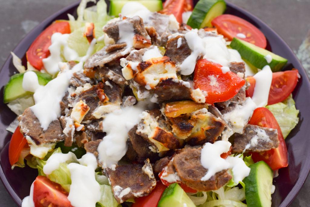 Dönerauflauf auf den Salat geben