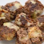 Knusprige und gefüllte Low Carb Käse Frikadellen