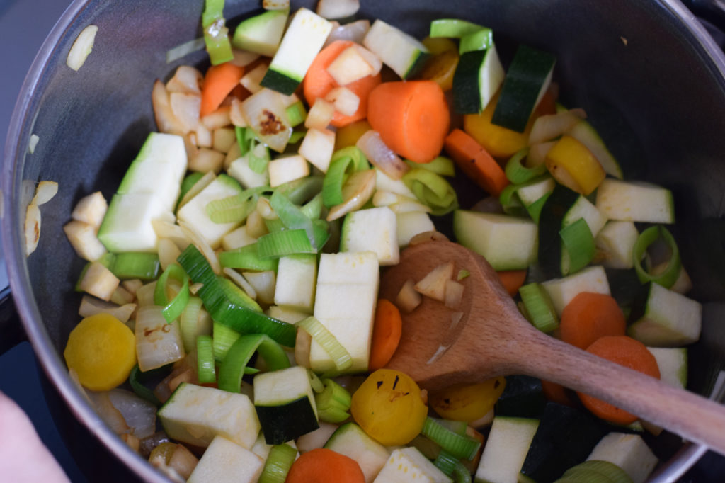 Knoblauch und Zucchini dazugeben
