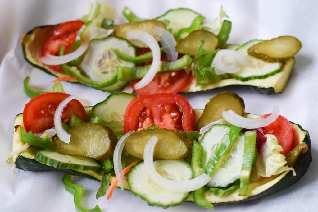 Mit Gemüse belegen