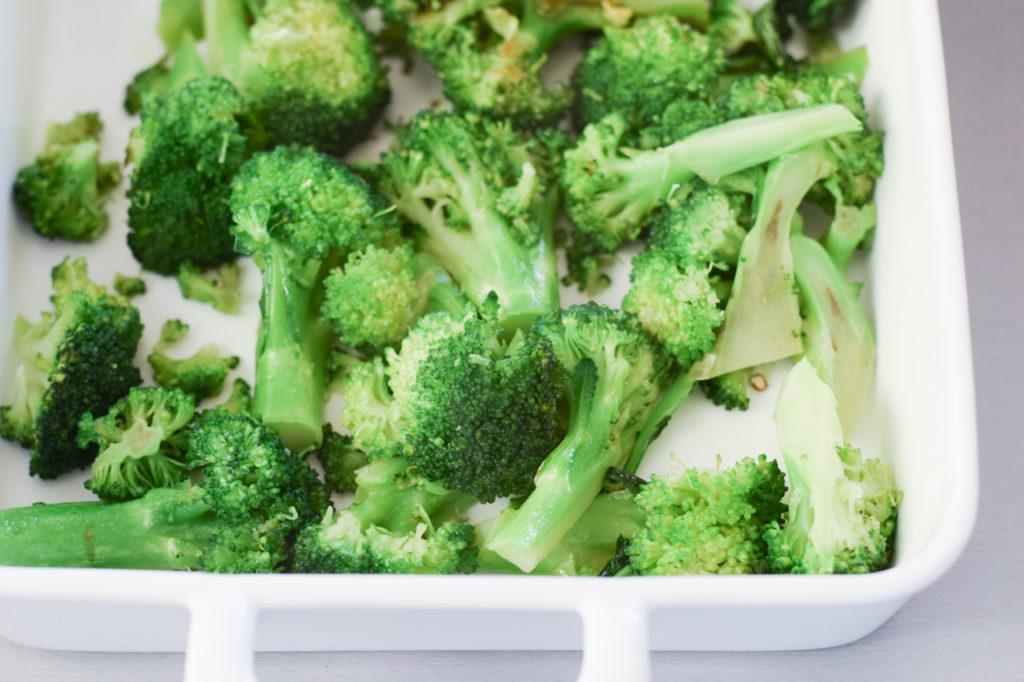 Brokkoli in Auflaufform geben