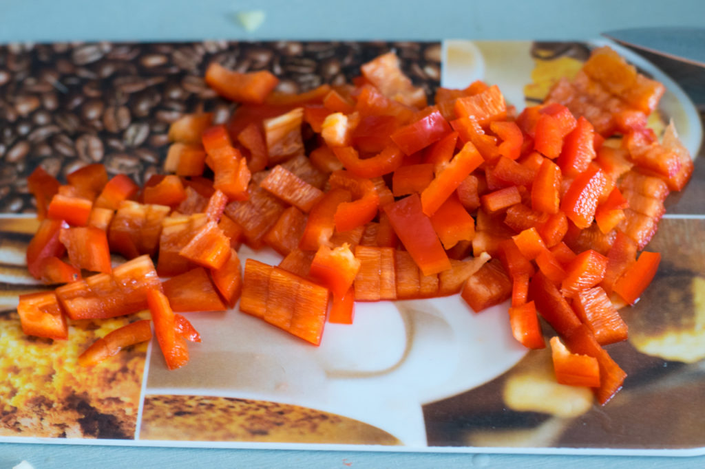 Paprika in feine Würfel schneiden