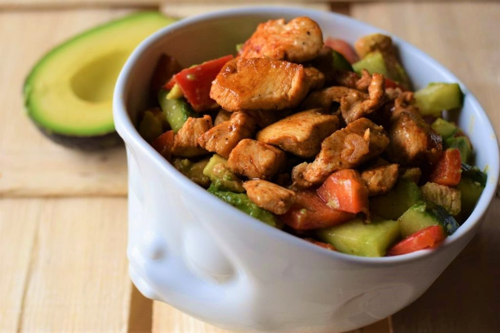 Low Carb Hähnchen Avocado Salat