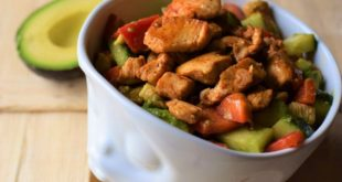 Low Carb Hähnchen Avocado Salat