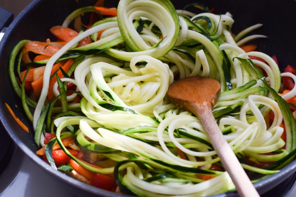 Zucchini unterheben
