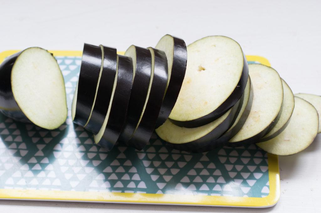 aubergine in Scheiben schneiden
