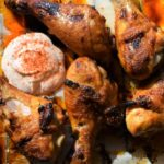 Knusprige Low Carb Chicken Wings mit Chili Sour Cream
