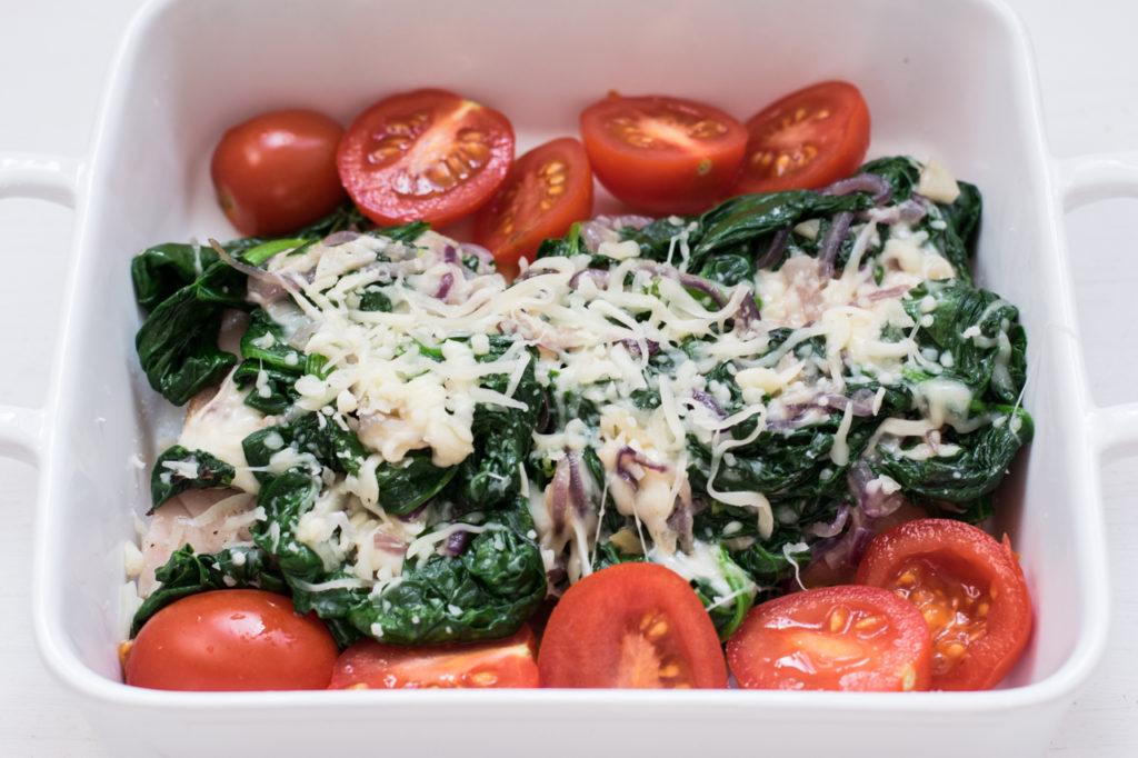 Tomaten in die Form geben