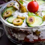 Herzhafter Low Carb Tzatziki Schichtsalat - Greek Style