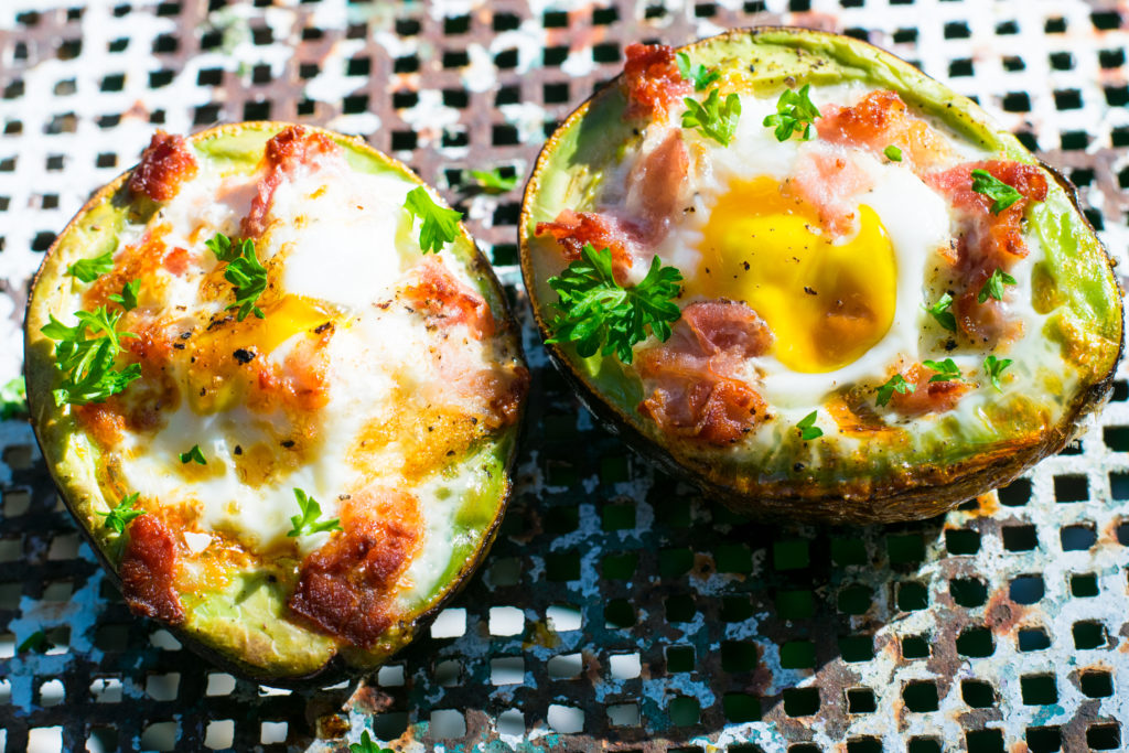 Gebackene Low Carb Bacon and Egg Avocado